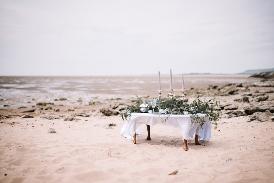 Modern blue styling ideas with calligraphy for an alternative beach wedding (32)