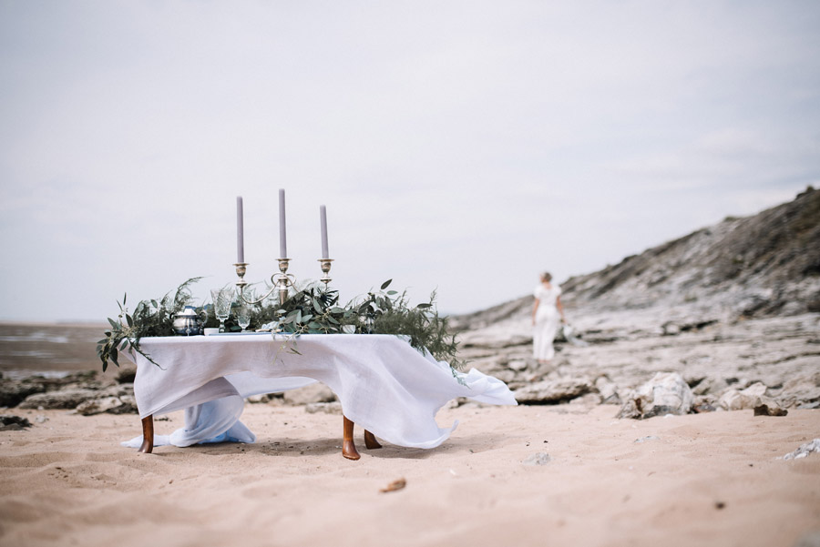 Modern blue styling ideas with calligraphy for an alternative beach wedding (35)