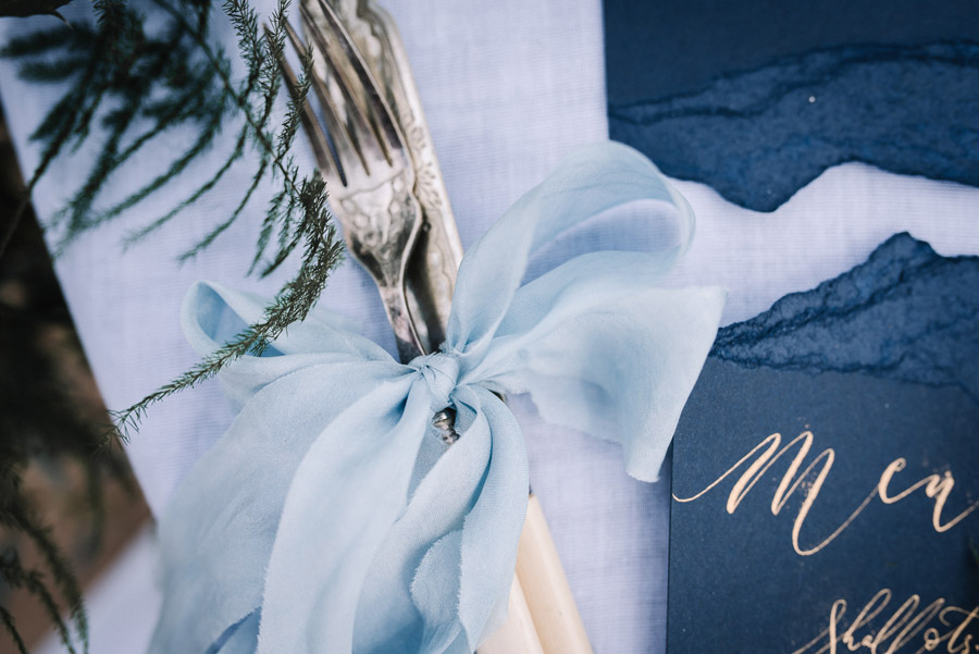 Modern blue styling ideas with calligraphy for an alternative beach wedding (45)