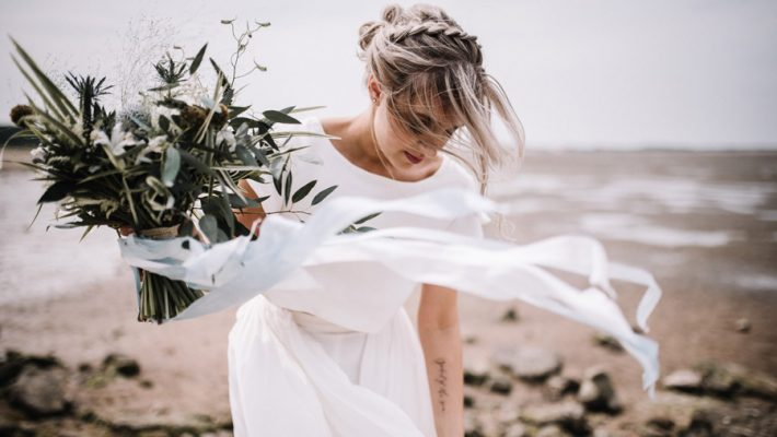 Modern blue styling ideas with calligraphy for an alternative beach wedding (18)