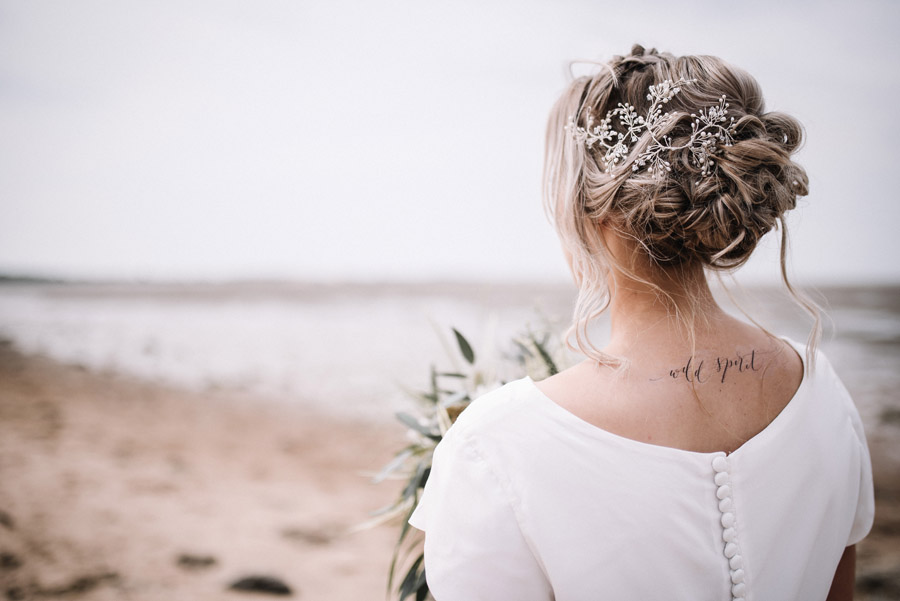 Modern blue styling ideas with calligraphy for an alternative beach wedding (22)