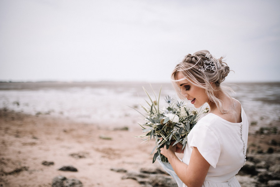 Modern blue styling ideas with calligraphy for an alternative beach wedding (23)