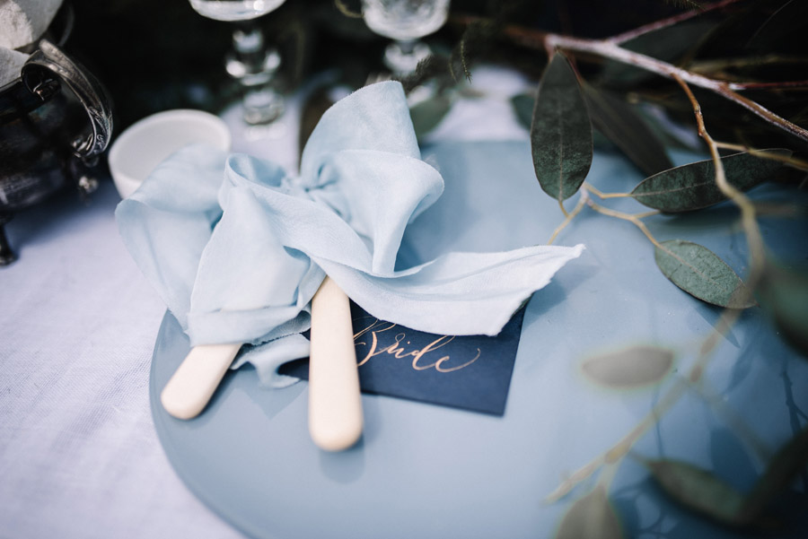 Modern blue styling ideas with calligraphy for an alternative beach wedding (25)