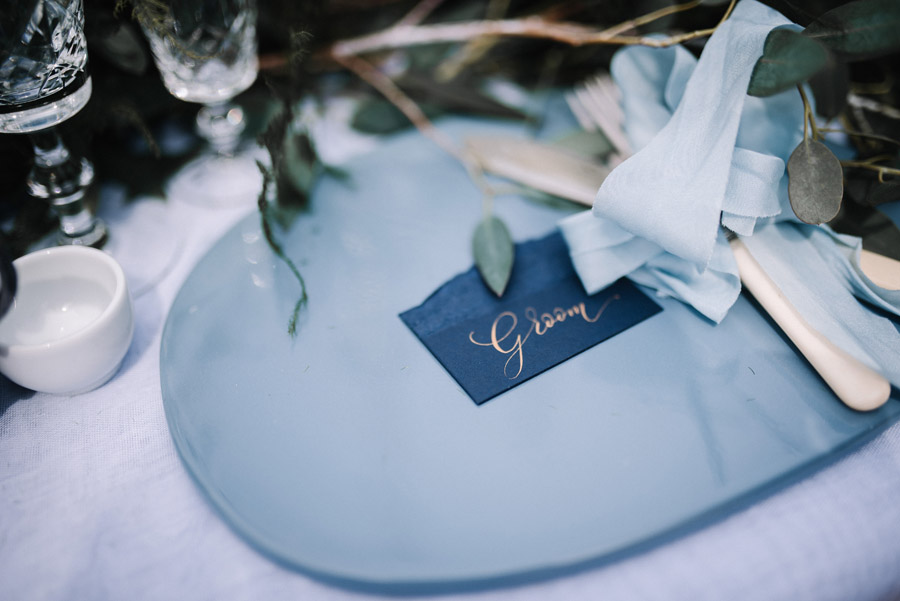 Modern blue styling ideas with calligraphy for an alternative beach wedding (30)