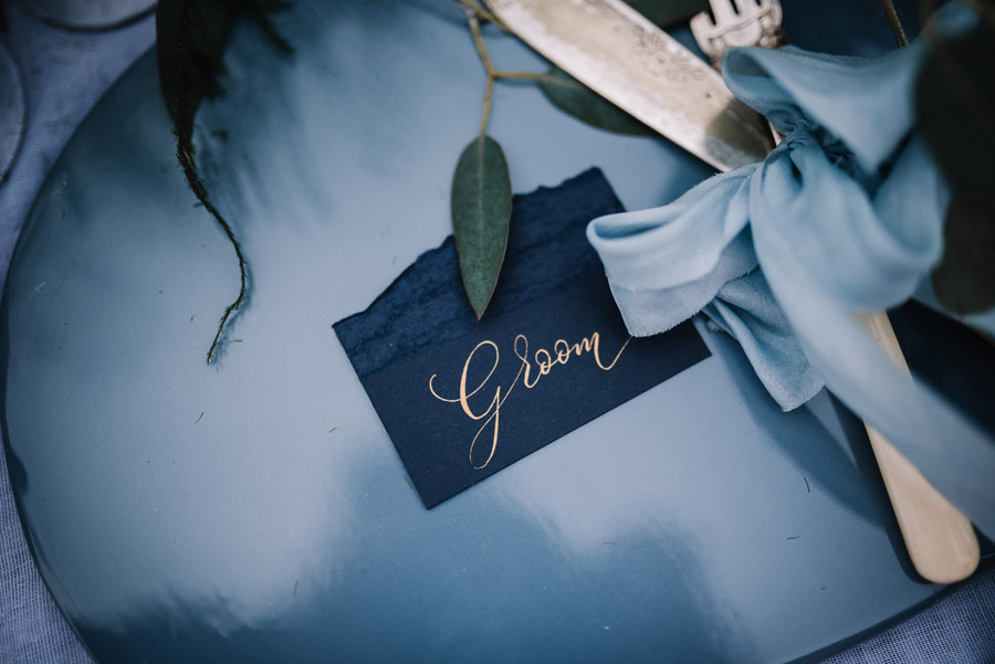 Modern blue styling ideas with calligraphy for an alternative beach wedding (31)