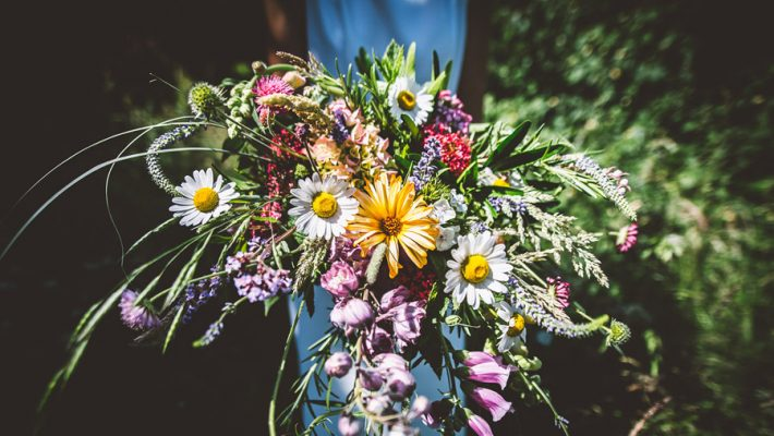 Eco styling ideas for a summer picnic wedding with Bohotanical and the Gilded Fern (40)