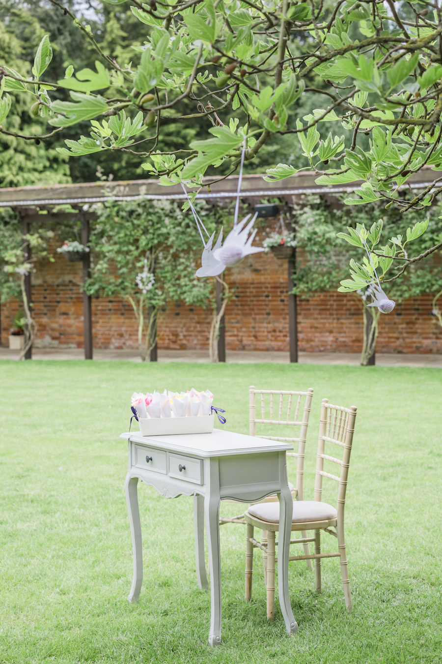 Relaxed English garden wedding at Woodhall Manor, with Ayshea Goldberg Photography (11)