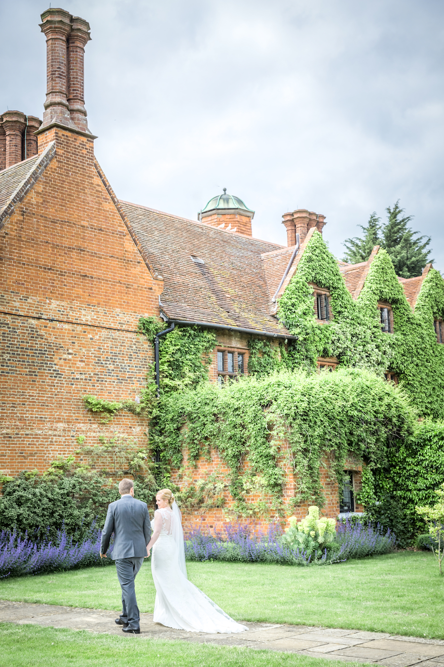Relaxed English garden wedding at Woodhall Manor, with Ayshea Goldberg Photography (18)