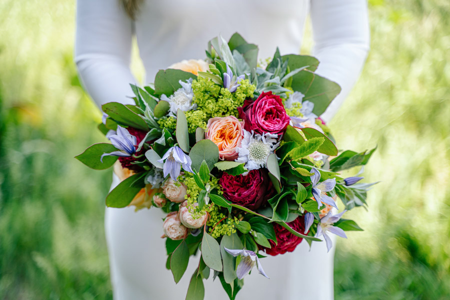 Gorgeous seasonal bouquets for small and intimate 2020 weddings (31)