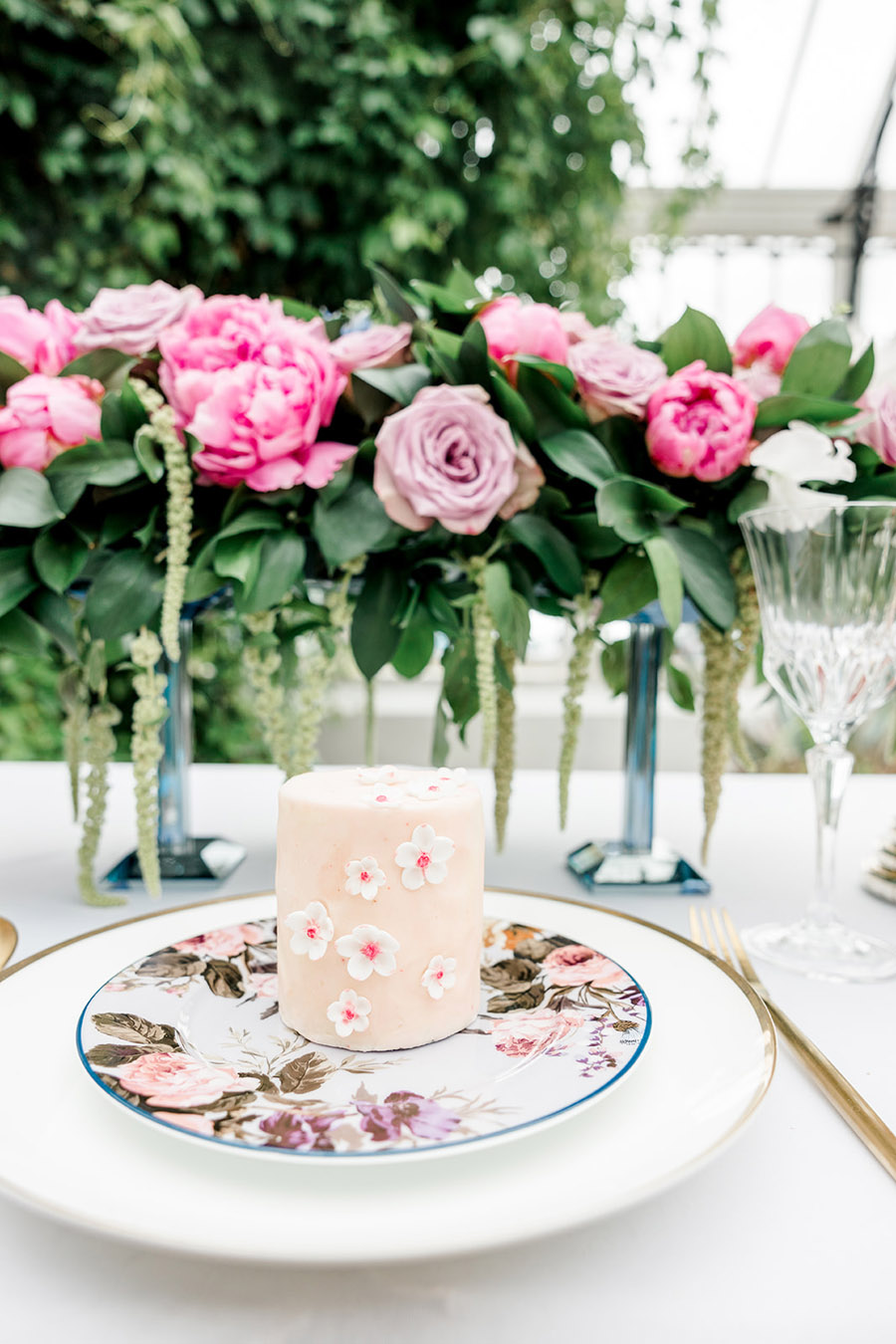 Modern intimate wedding styling inspiration from Slindon House, image credit Kelsie Scully (21)