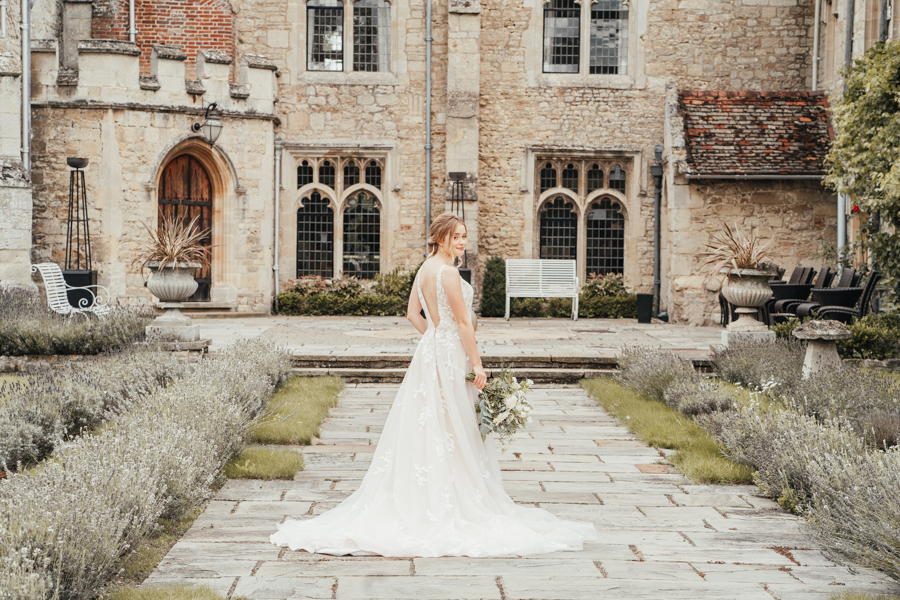 Quintessential and Elegant English Styled Shoot at Notley Abbey (10)