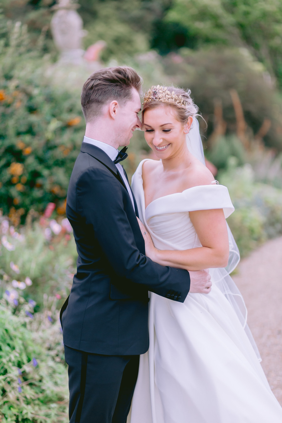 Glamorous, elegant, and timeless gold wedding styling ideas from Orchardleigh, with Keyleigh Marie weddings and Jennifer Jane Photography (6)