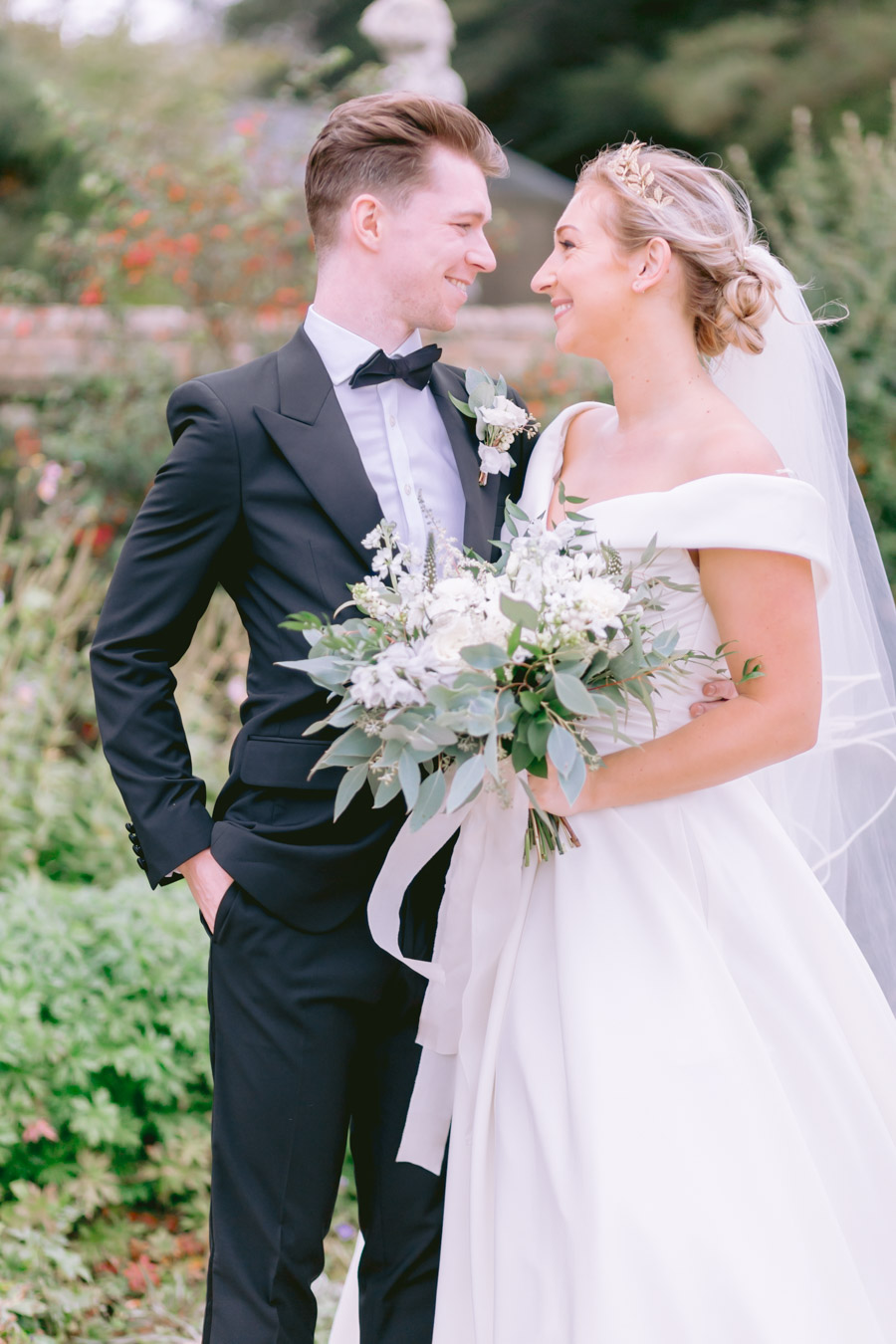 Glamorous, elegant, and timeless gold wedding styling ideas from Orchardleigh, with Keyleigh Marie weddings and Jennifer Jane Photography (7)