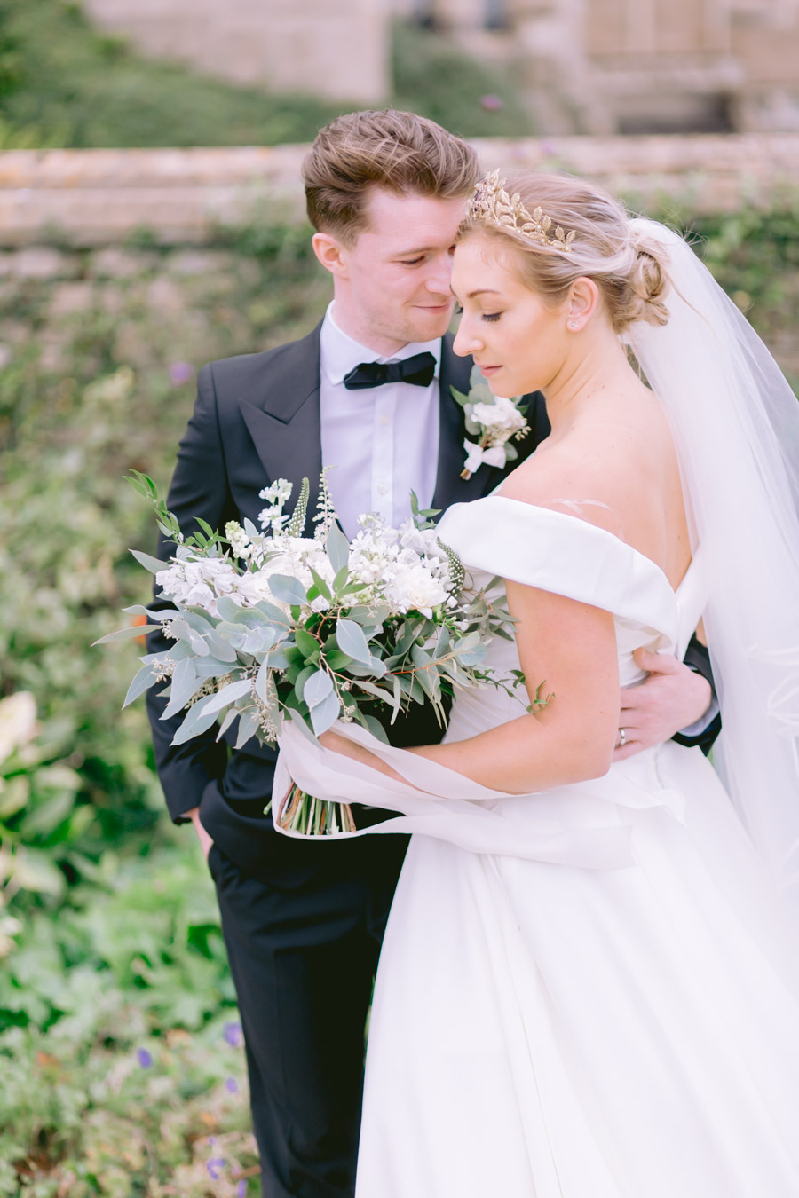 Glamorous, elegant, and timeless gold wedding styling ideas from Orchardleigh, with Keyleigh Marie weddings and Jennifer Jane Photography (9)