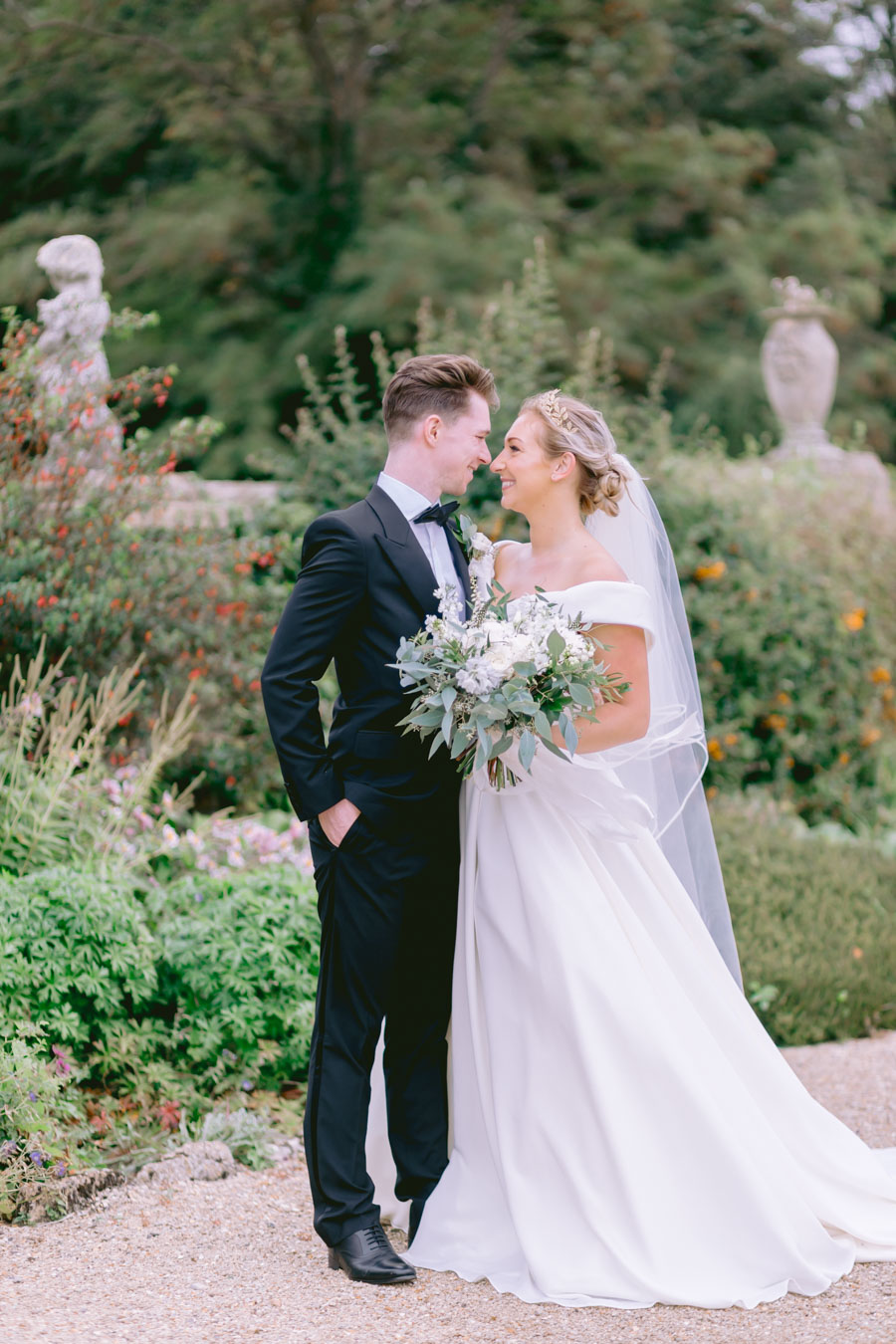 Glamorous, elegant, and timeless gold wedding styling ideas from Orchardleigh, with Keyleigh Marie weddings and Jennifer Jane Photography (11)
