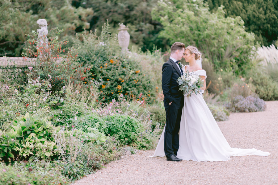 Glamorous, elegant, and timeless gold wedding styling ideas from Orchardleigh, with Keyleigh Marie weddings and Jennifer Jane Photography (12)
