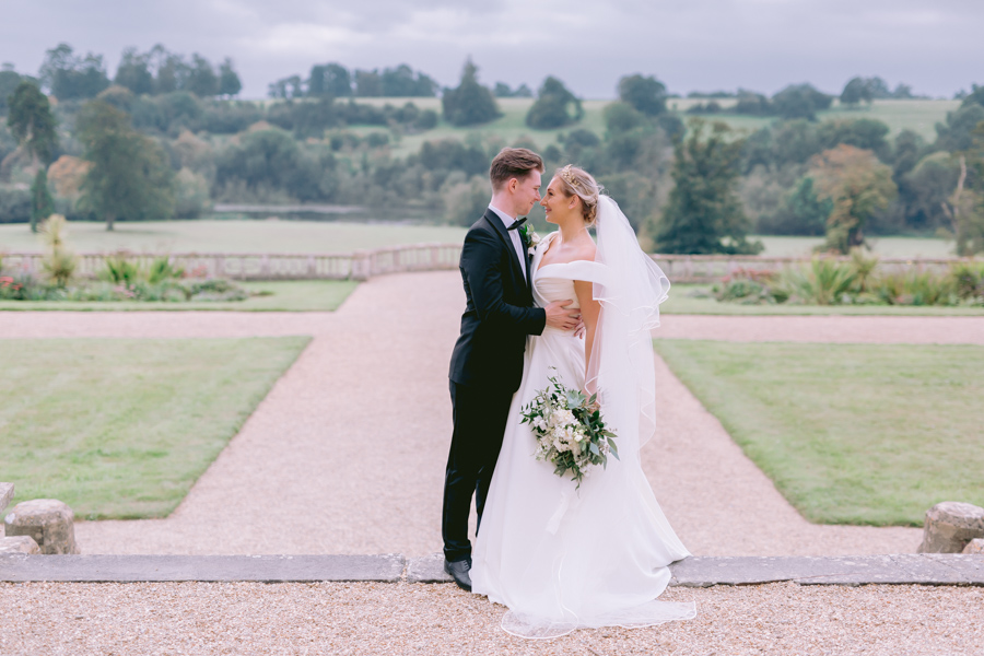 Glamorous, elegant, and timeless gold wedding styling ideas from Orchardleigh, with Keyleigh Marie weddings and Jennifer Jane Photography (13)