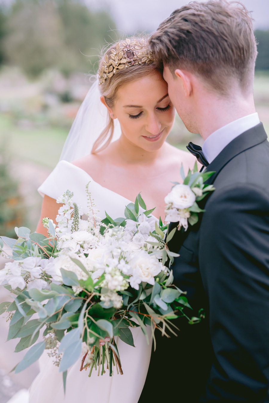 Glamorous, elegant, and timeless gold wedding styling ideas from Orchardleigh, with Keyleigh Marie weddings and Jennifer Jane Photography (15)