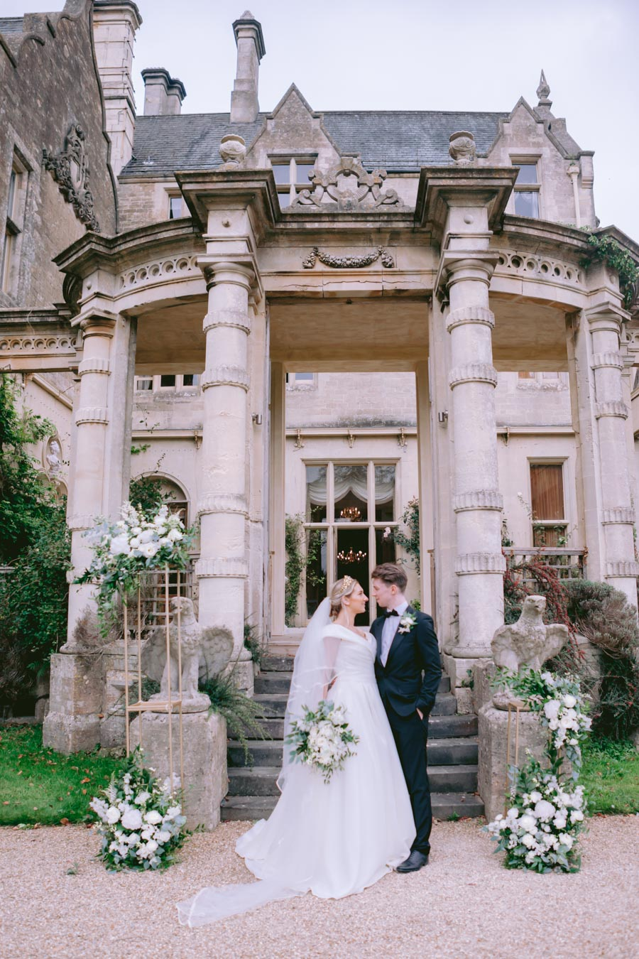 Glamorous, elegant, and timeless gold wedding styling ideas from Orchardleigh, with Keyleigh Marie weddings and Jennifer Jane Photography (17)