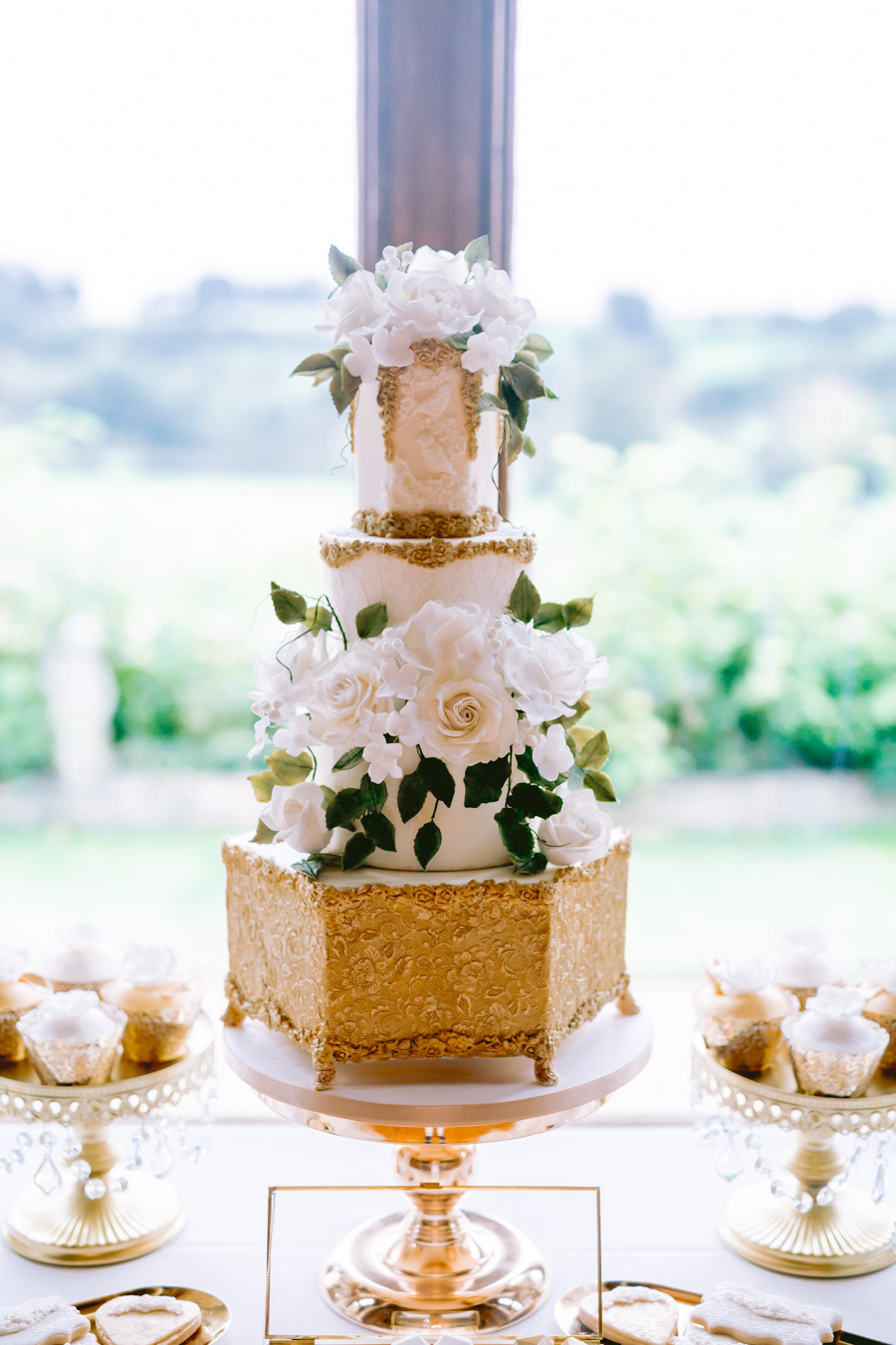Glamorous, elegant, and timeless gold wedding styling ideas from Orchardleigh, with Keyleigh Marie weddings and Jennifer Jane Photography (22)
