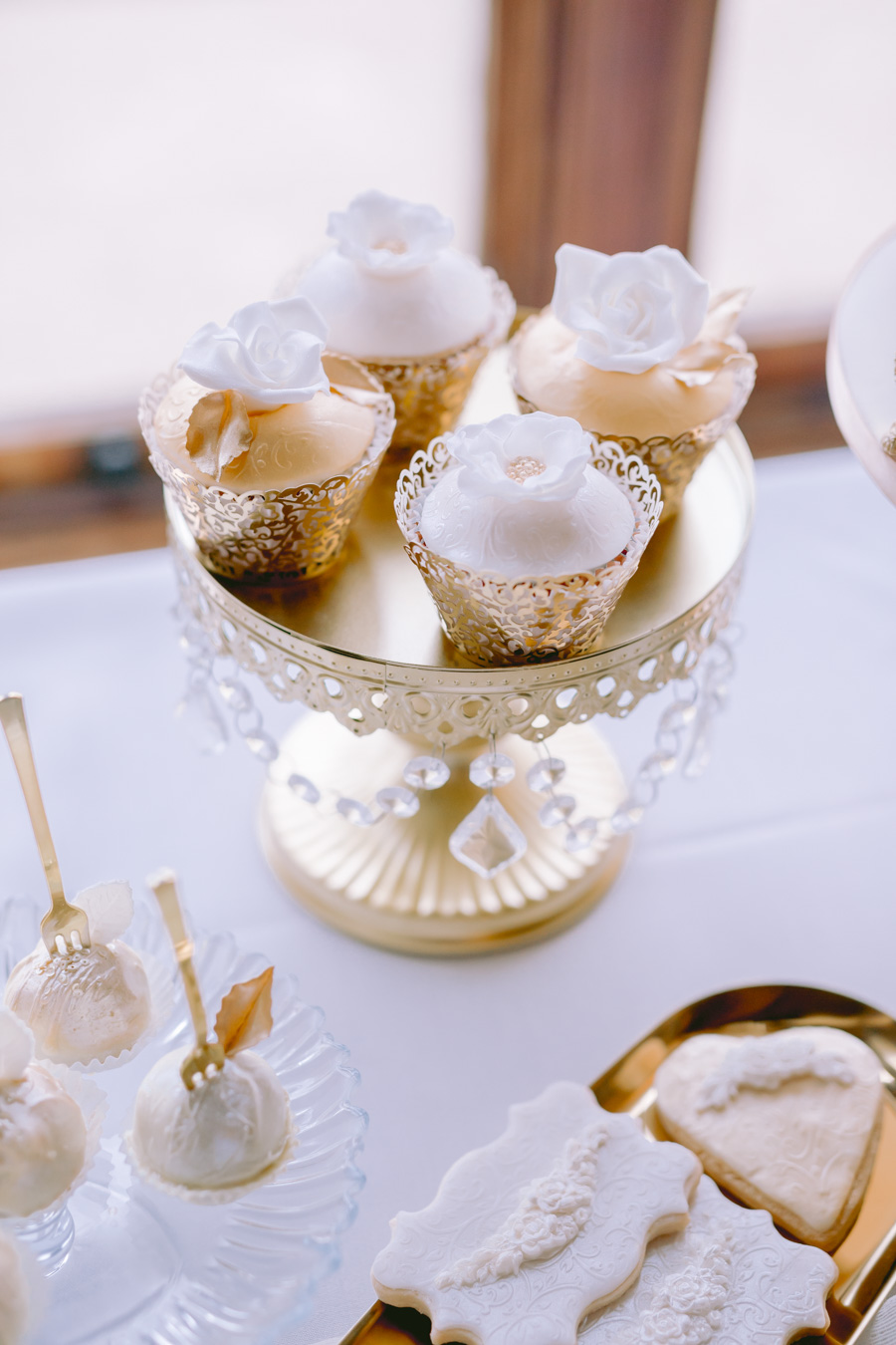 Glamorous, elegant, and timeless gold wedding styling ideas from Orchardleigh, with Keyleigh Marie weddings and Jennifer Jane Photography (23)