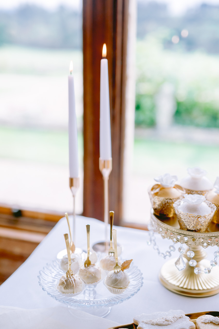 Glamorous, elegant, and timeless gold wedding styling ideas from Orchardleigh, with Keyleigh Marie weddings and Jennifer Jane Photography (26)