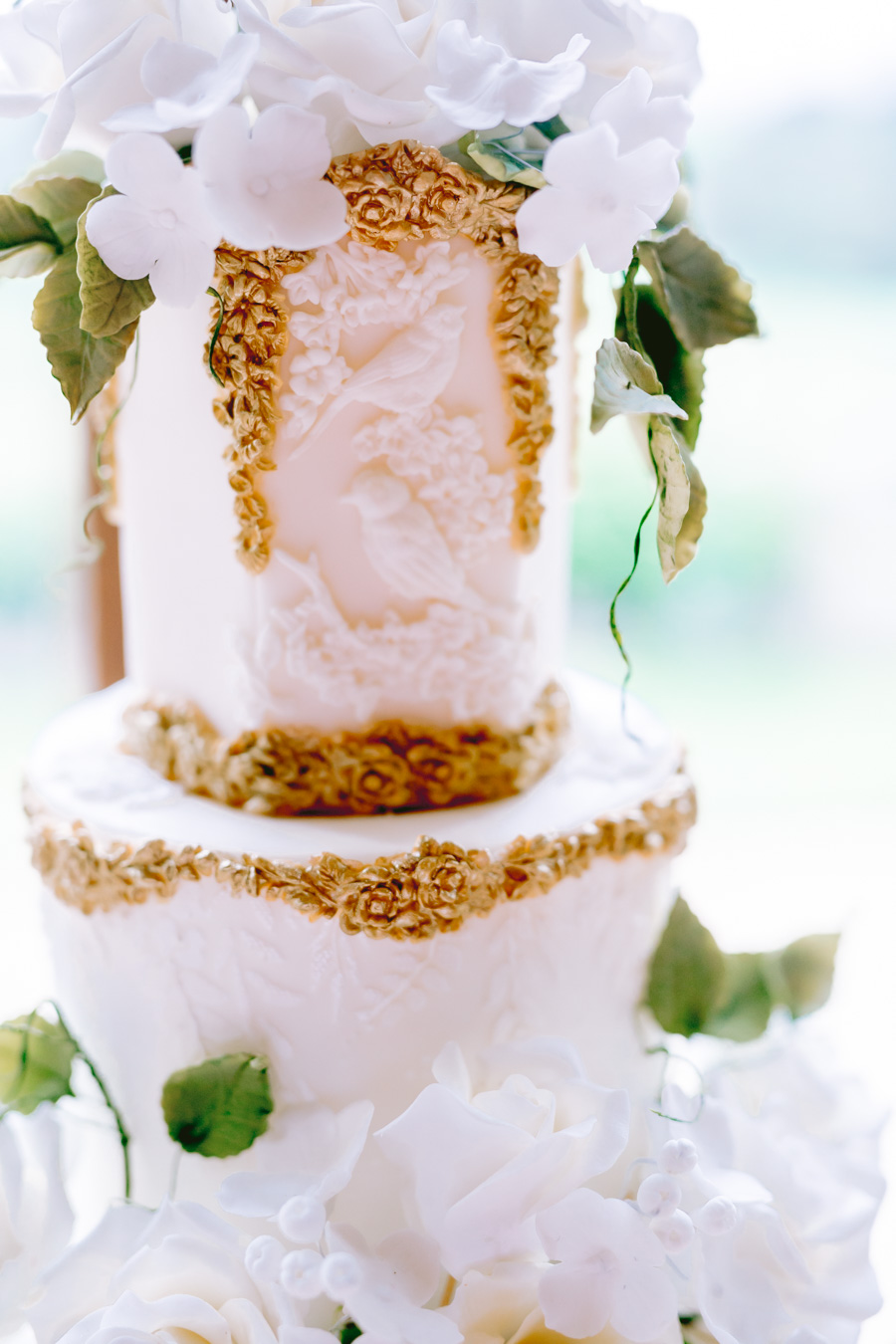 Glamorous, elegant, and timeless gold wedding styling ideas from Orchardleigh, with Keyleigh Marie weddings and Jennifer Jane Photography (27)
