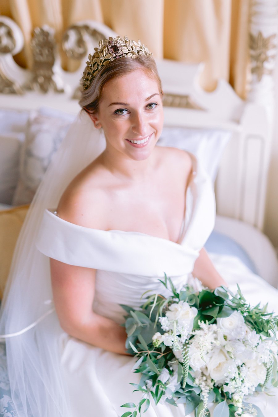 Glamorous, elegant, and timeless gold wedding styling ideas from Orchardleigh, with Keyleigh Marie weddings and Jennifer Jane Photography (28)