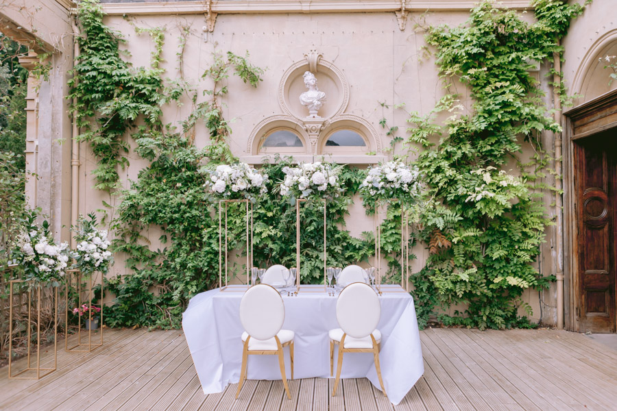 Glamorous, elegant, and timeless gold wedding styling ideas from Orchardleigh, with Keyleigh Marie weddings and Jennifer Jane Photography (36)