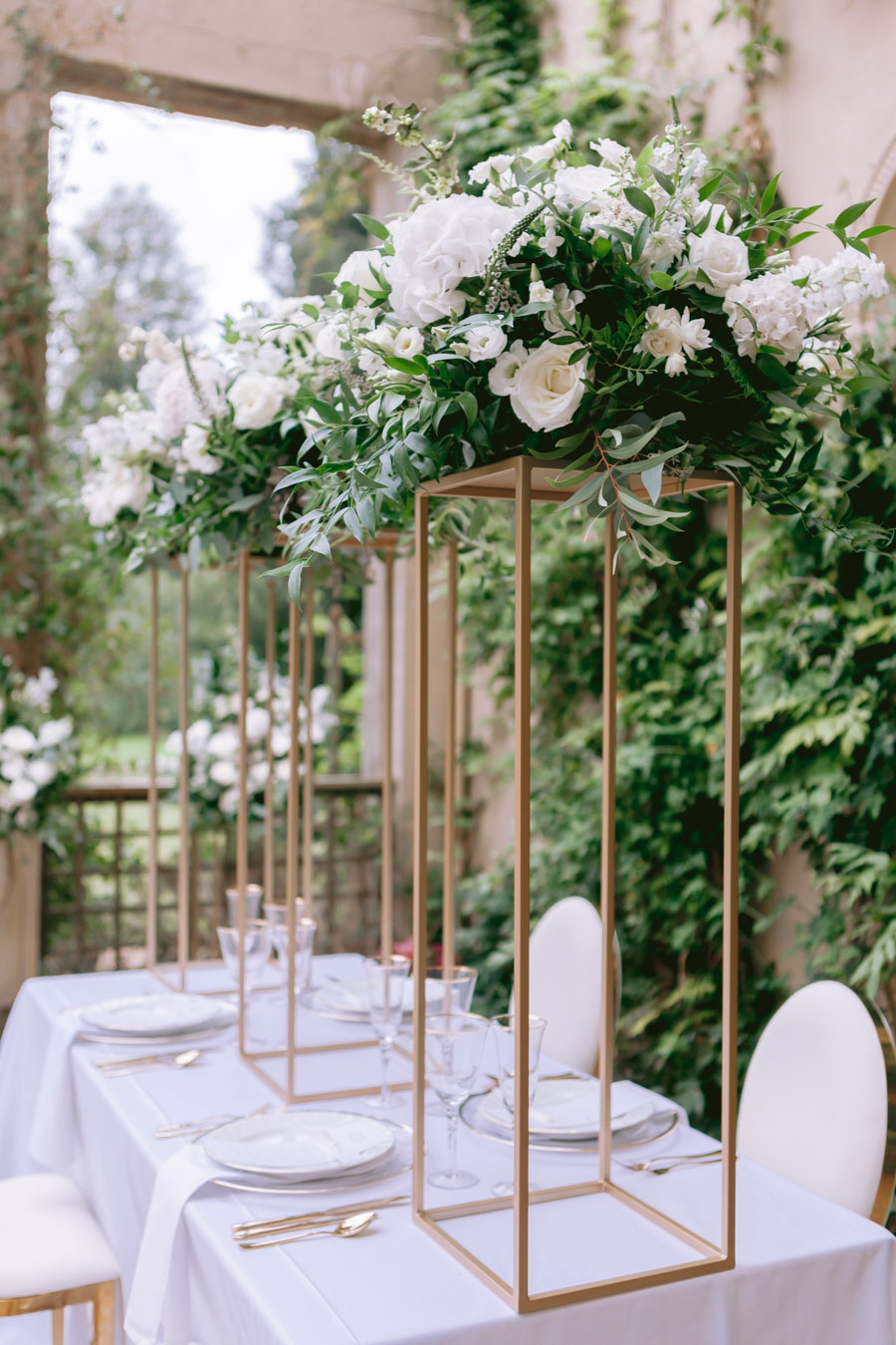 Glamorous, elegant, and timeless gold wedding styling ideas from Orchardleigh, with Keyleigh Marie weddings and Jennifer Jane Photography (39)