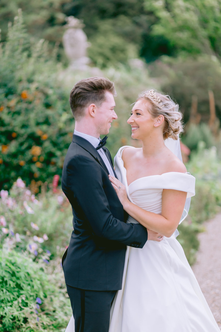 Glamorous, elegant, and timeless gold wedding styling ideas from Orchardleigh, with Keyleigh Marie weddings and Jennifer Jane Photography (4)